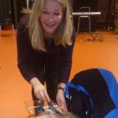 """Ailina Boeree verrast de spelers tijdens de voorstelling """"Weerzin!"""" bij de Friesland College te Heerenveenop taart!"""