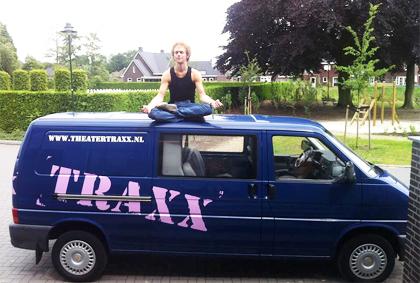 Eén van de acteurs op de bedrijfswagen van TRAXX