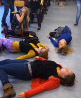 Acteurs van Theater TRAXX liggen op de grond